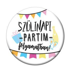 Szülinapi Partim Folyamatban Ajándék Parti Kitűző Szülinapra - 5,5 cm